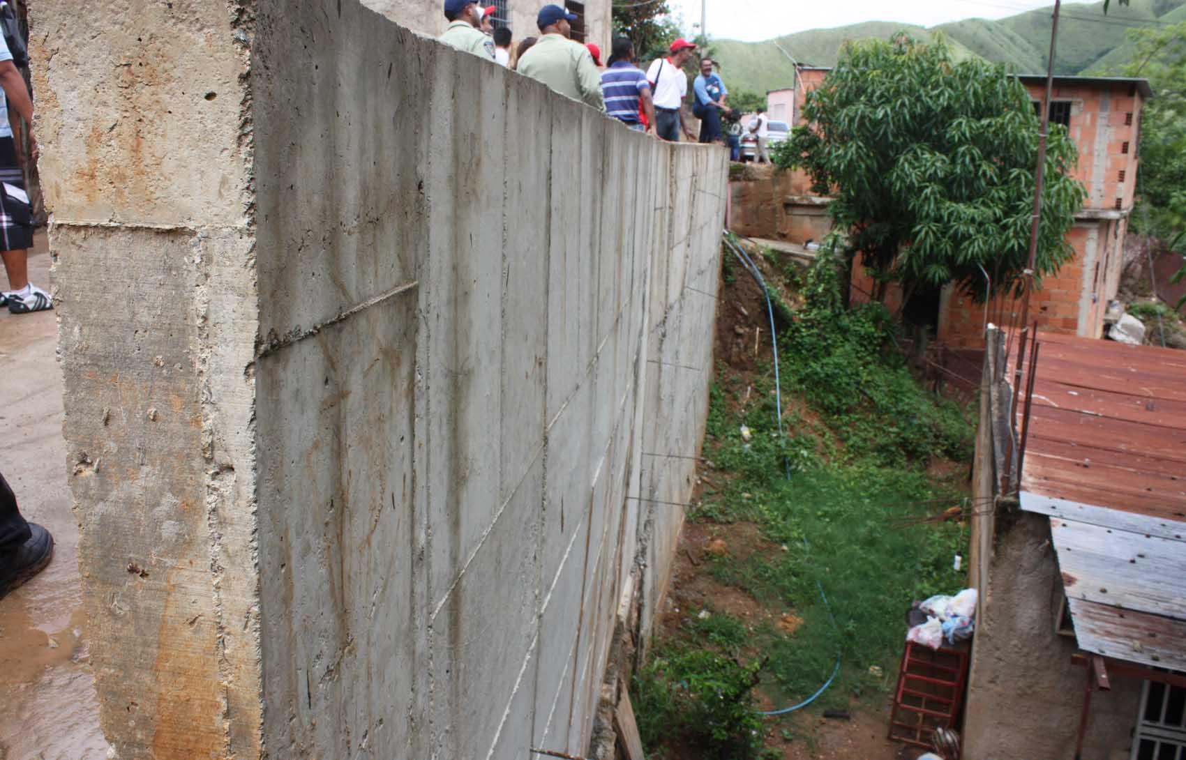 Inaugurada red de aguas servidas muro de contenci n y for Muro de concreto armado